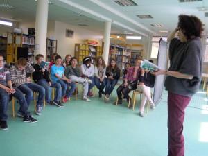 Les élèves écoutent les conseils de la metteur en scène