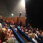 Les collégiens-spectateurs prennent place au théâtre du Hublot de Bourges